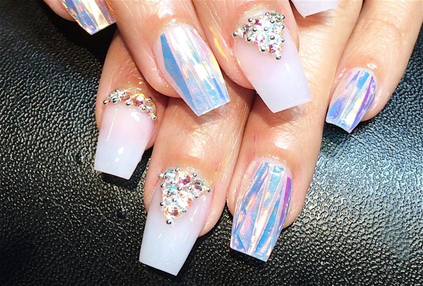 Tendance Nail Art : Les Crystal Holographic Nails pour des mains étincelantes !