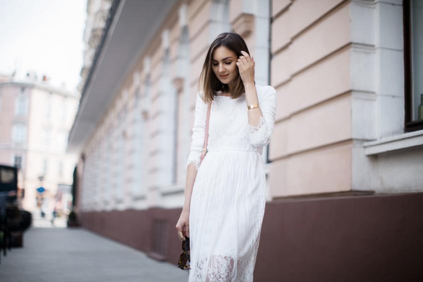 Une robe blanche en dentelle pour prolonger l'été