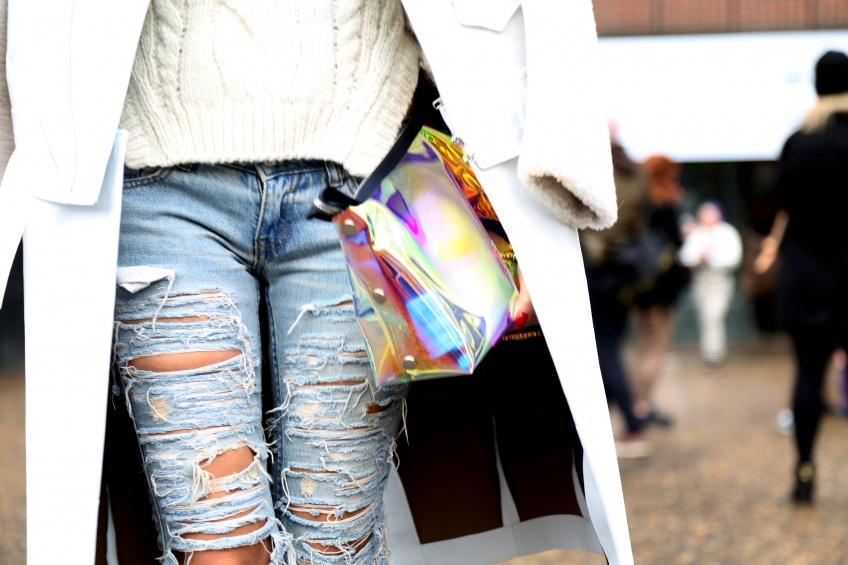 Un jean usé pour une allure so 90's