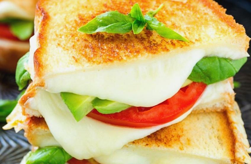 Aux oubliettes la fin du monde : manger du fromage serait le secret d'une vie plus longue