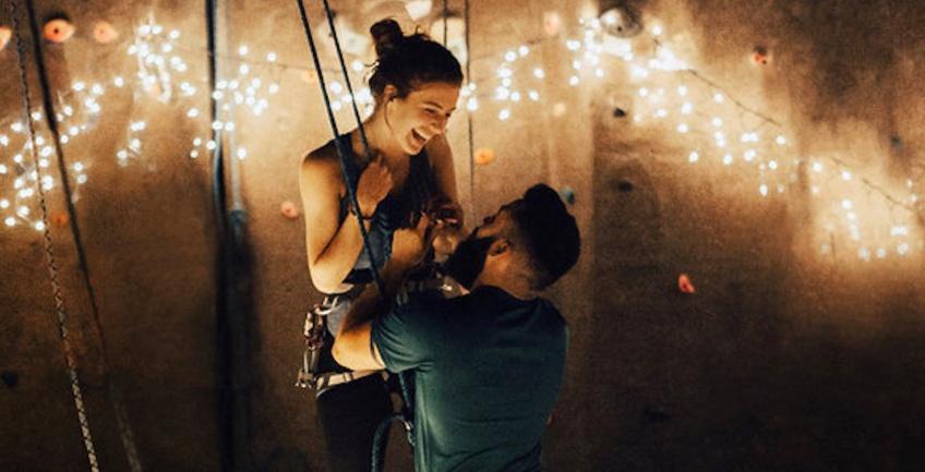 On en rêve : la demande en mariage pendant une escalade romantique