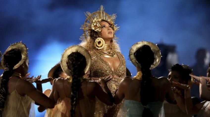 Enceinte et à moitié nue, Beyoncé enflamme la scène des Grammy Awards
