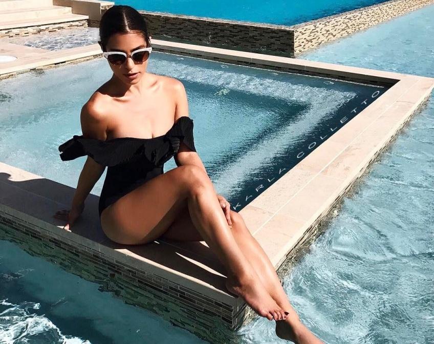 Une allure sexy et rétro avec un maillot de bain à encolure bardot