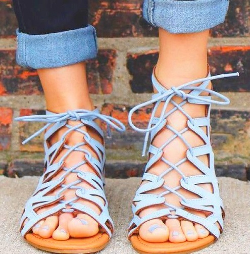40 paires de sandales plates pour être stylée au quotidien !