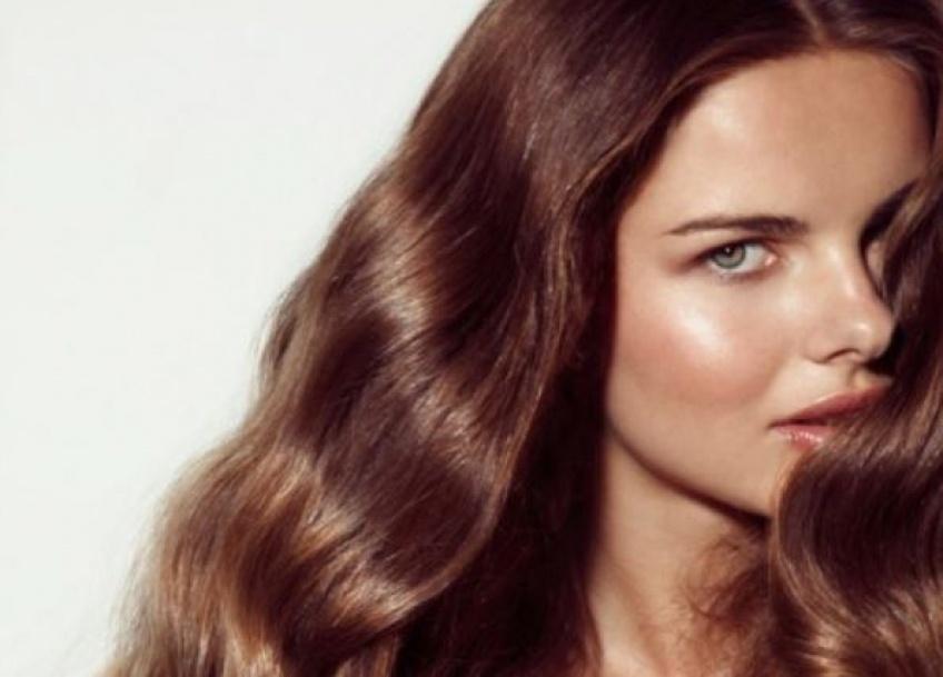 Quelles coiffures pour mettre en avant votre peau bronzée ?