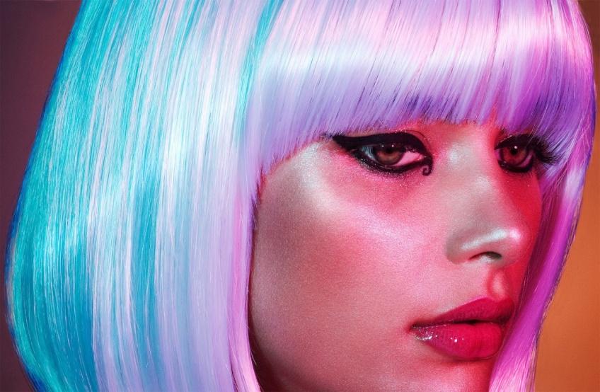 Cheveux blancs : les astuces à adopter pour réussir votre décoloration à la maison !