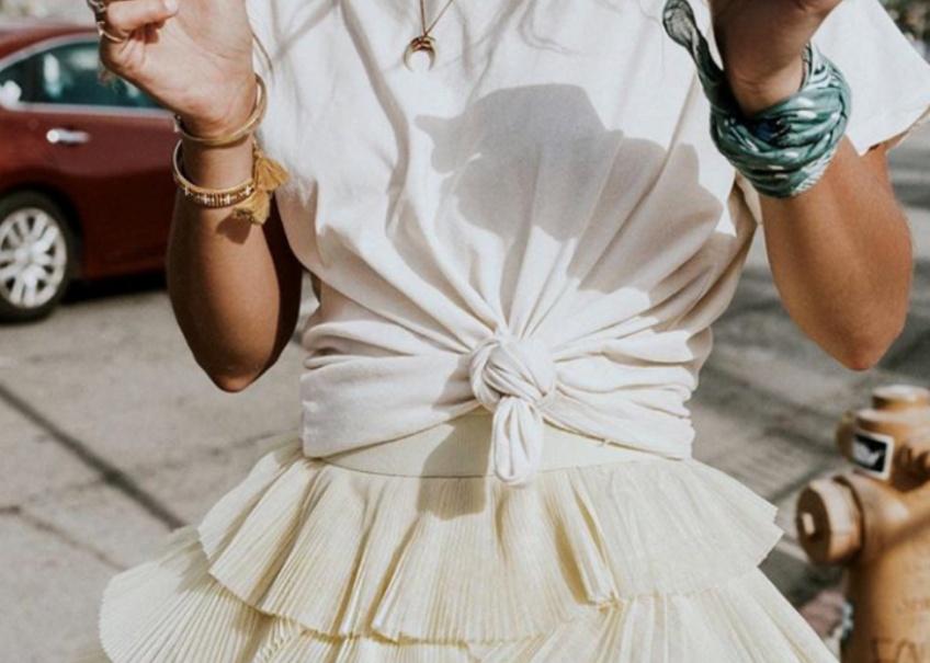 T-shirt noué : la grande tendance qui séduit les fashionistas cet été !