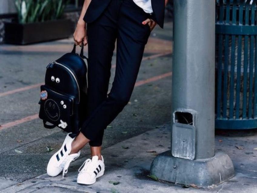 Pantalon de costume + baskets: l'alliance ultra-stylée à adopter!