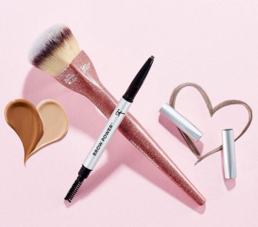 On veut absolument cette brosse de teint IT Cosmetics en l'honneur d'octobre rose !
