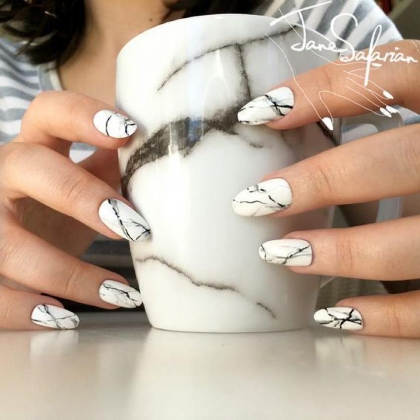 Le nail-art marbré, la tendance à adopter de toute urgence cet hiver !