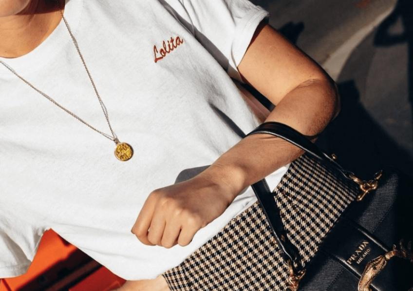 Le t-shirt à mini imprimé ou broderie : la tendance qui fait craquer toutes les filles les plus stylées !