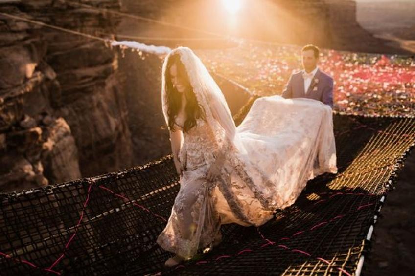 Ce couple se dit « oui » à 120 mètres du sol !