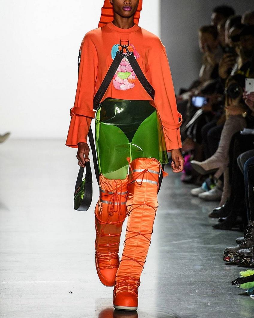 Découvrez la nouvelle tendance WTF : les cuissardes Moon Boots à talons compensés !