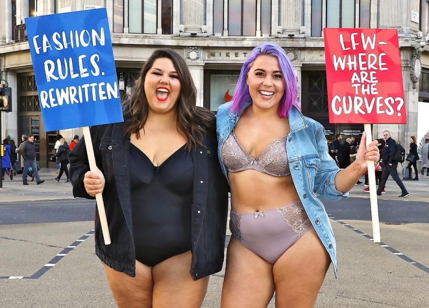 Des mannequins plus-size manifestent en lingerie pendant la Fashion Week de Londres !