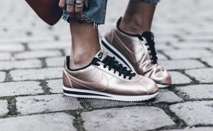10 façons super stylées de briller avec des chaussures dorées !