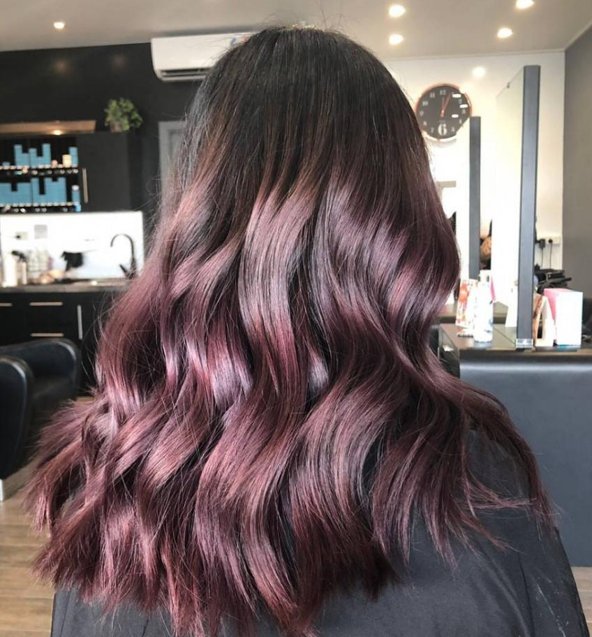 Le rose brown est la nouvelle coloration rose qui matche parfaitement avec les brunettes