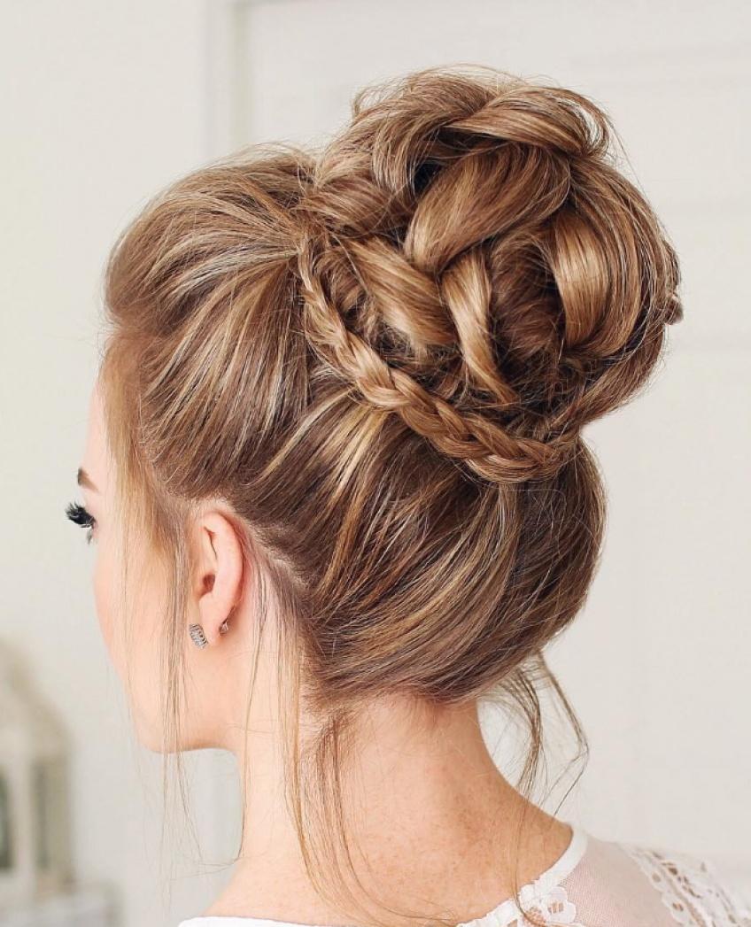 Le messy bun est la parfaite coiffure pour les mariées