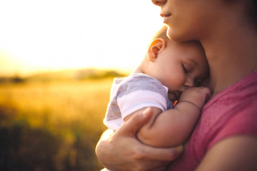Câliner les nourrissons pourrait modifier leurs ADN !