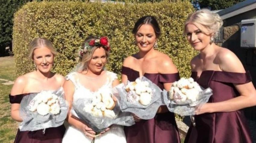Cette mariée remplace son bouquet de fleurs par un bouquet de donuts !