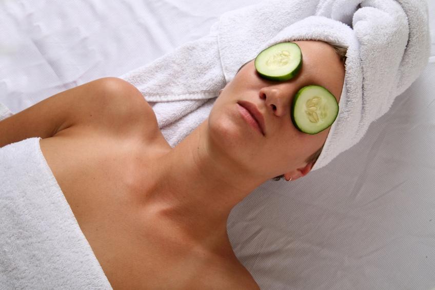 Pourquoi mettons-nous du concombre sur nos yeux ?