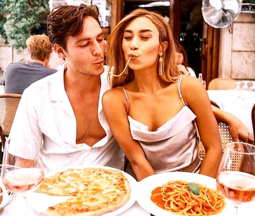 D'après la science, vous êtes heureuse en couple parce que vous mangez plus!