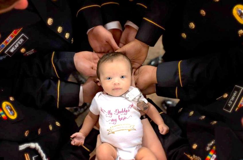 Après la mort de son papa soldat américain, ce bébé est accueilli par la division de l'armée où servait son père