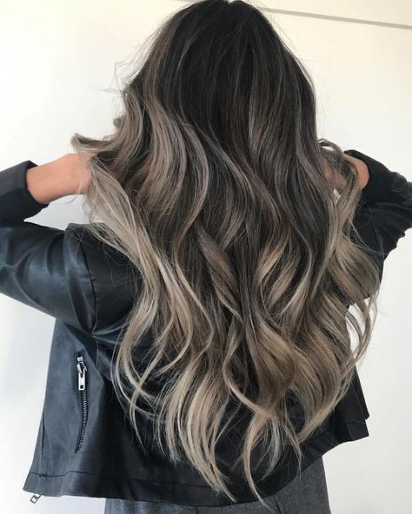 On fond pour la coloration Ash Brown Hair