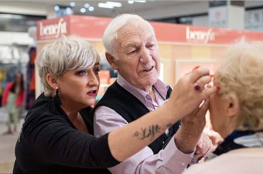 Un mari de 84 ans dévoué apprend comment appliquer le make-up de sa femme de 83 ans avant qu'elle ne perde la vue