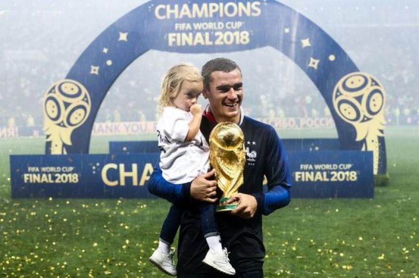 Antoine Griezmann célèbre la victoire des Bleus avec sa fille sur le terrain !