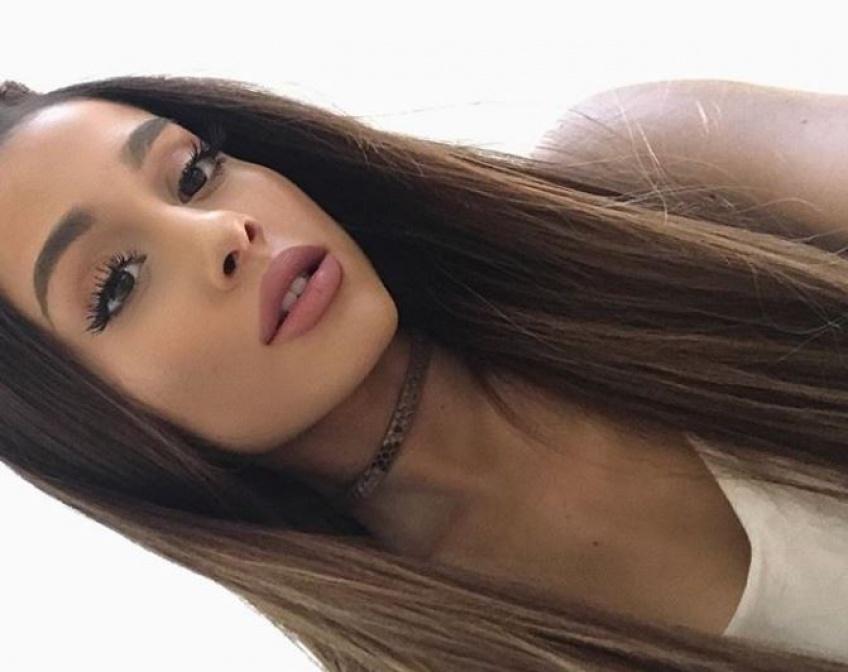 Ariana Grande ose la coloration grise et relance la tendance