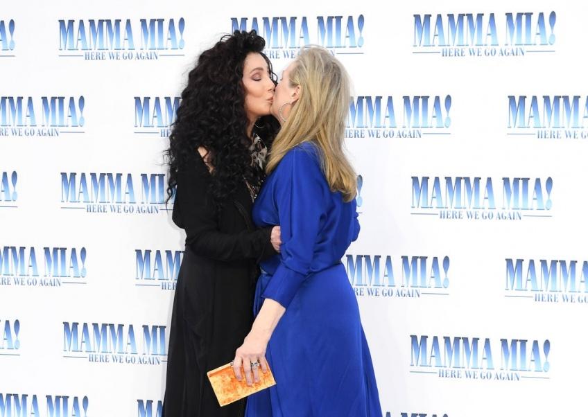 Meryl Streep embrasse la chanteuse Cher à la première du nouveau film Mamma Mia