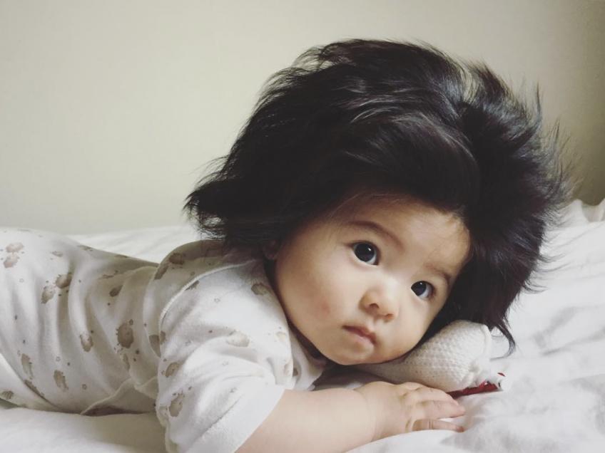 Ce bébé de 7 mois a plus de cheveux que nous!
