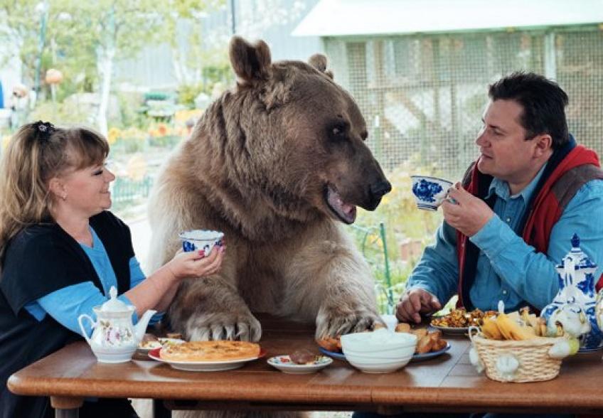 Un couple russe adopte un ours et 25 ans plus tard ils vivent toujours ensemble !