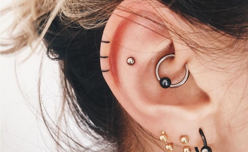 Le tatouage hélix à nouveau très tendance pour des oreilles stylées !