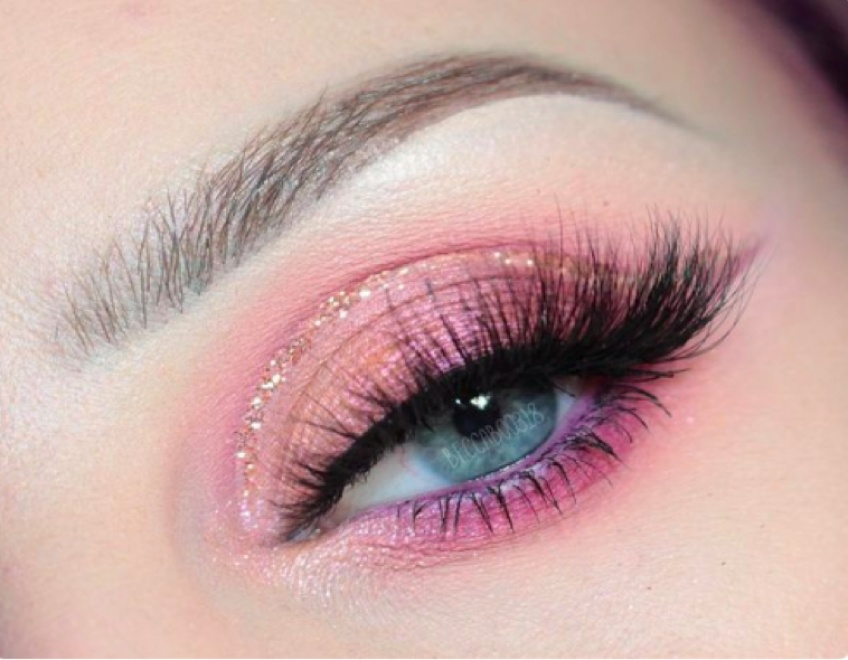 Le rose sur les yeux est la tendance à adopter de toute urgence !