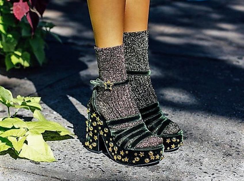 N'abandonnez pas l'été de si tôt et portez vos sandales préférées avec vos chaussettes !
