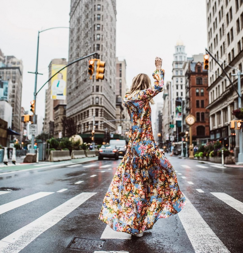 Les plus belles robes midi qui donnent l'impression de rallonger l'été