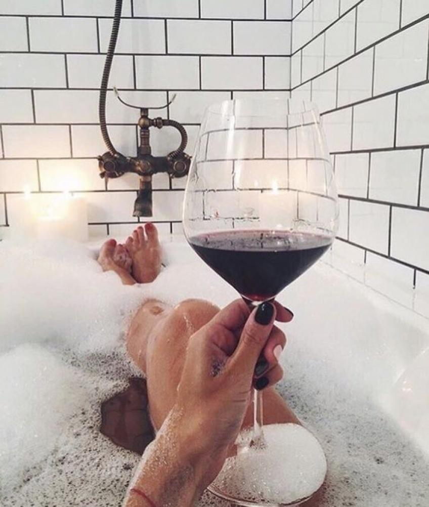Le porte-verre de vin qui va révolutionner vos instants salle de bain