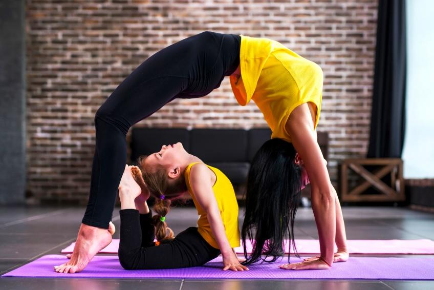 Cette jeune maman allaite son enfant tout en faisant du yoga !