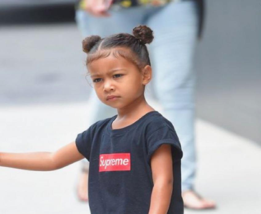 La petite fille de Kim Kardashian maquillée d'un trait de liner orange fait polémique !