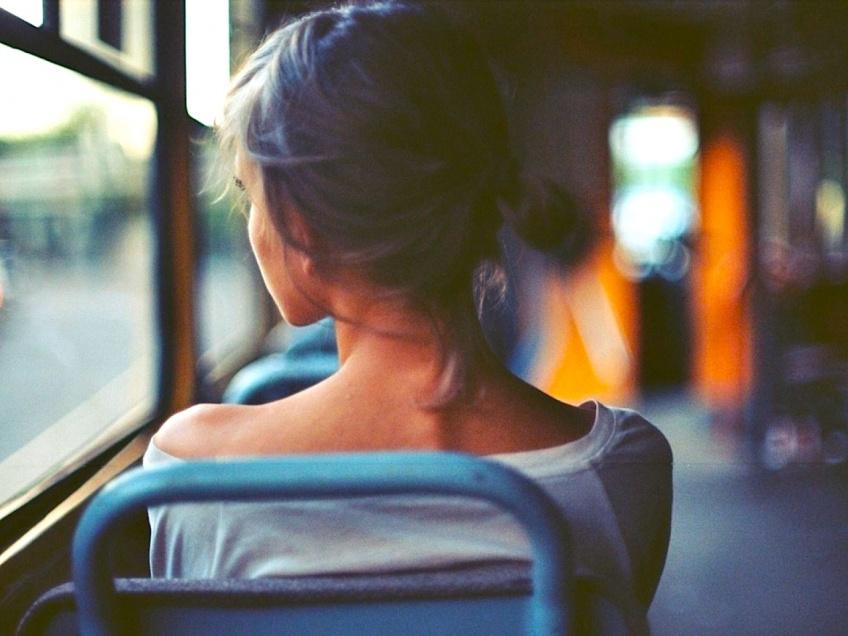 Un chauffeur vide son bus pour aider la montée d'un handicapé