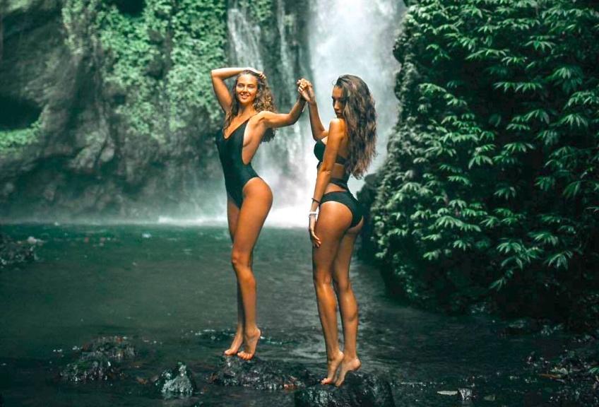 Une maman blogueuse parodie des photos de mannequins en bikini et lingerie et c'est hilarant !