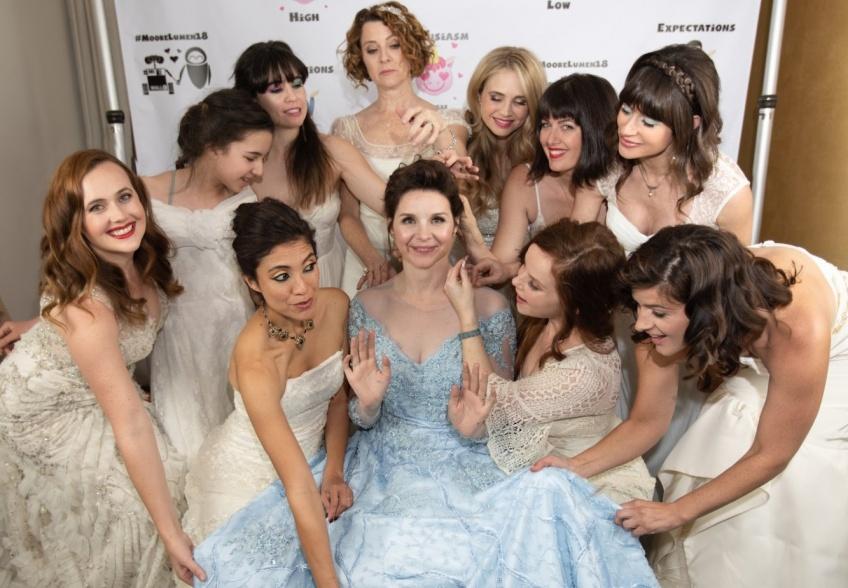 Cette femme demande à ses invitées de porter leur robe de mariée à son propre mariage