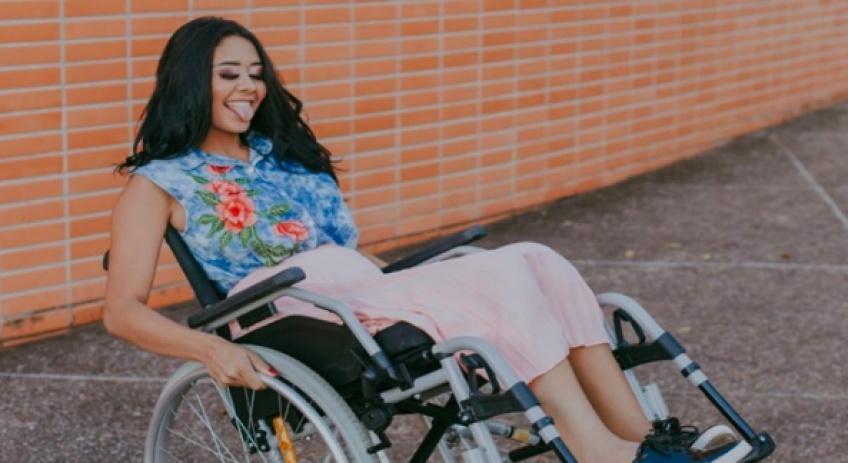 Cette jeune fille termine handicapée suite à une infection causée par son piercing !