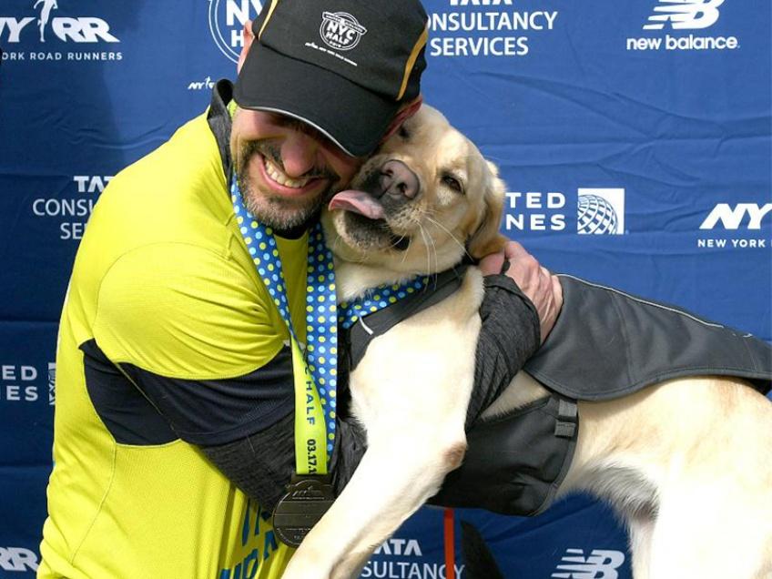 Guidé par ses chiens, il devient le premier aveugle à clore le semi-marathon de New York