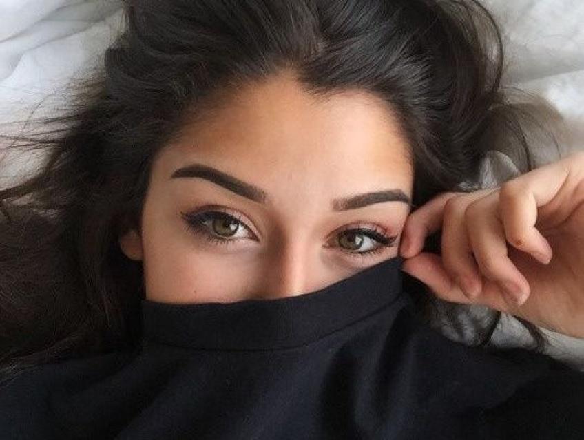 Un mari se venge de sa femme en lui collant une bande de cire sur les sourcils durant son sommeil !