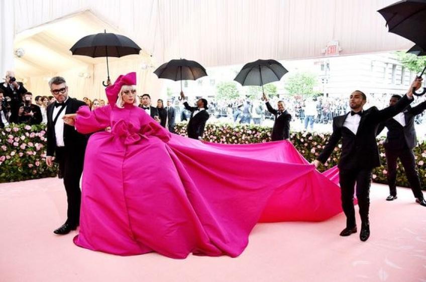 Lady Gaga dans sa robe rose