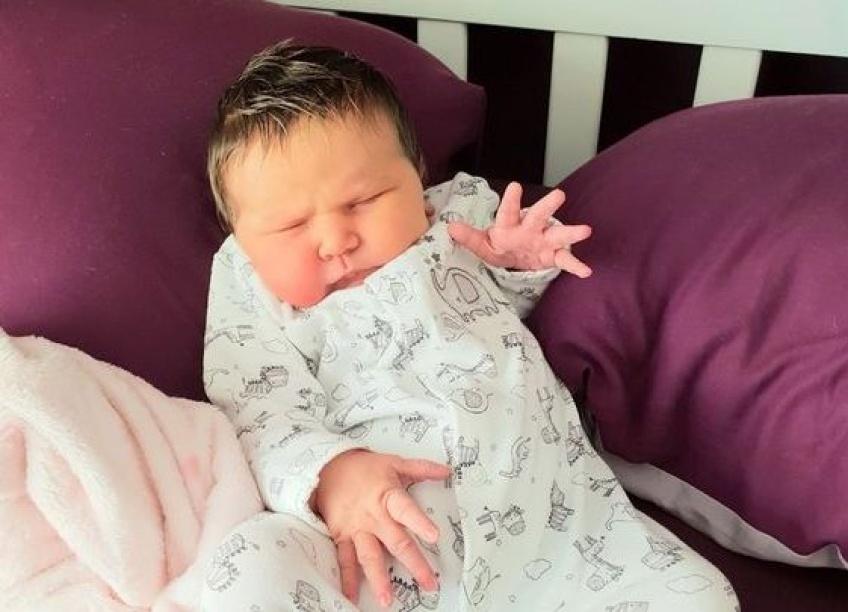 Un bébé naît avec un balayage dans les cheveux et fait le buzz !