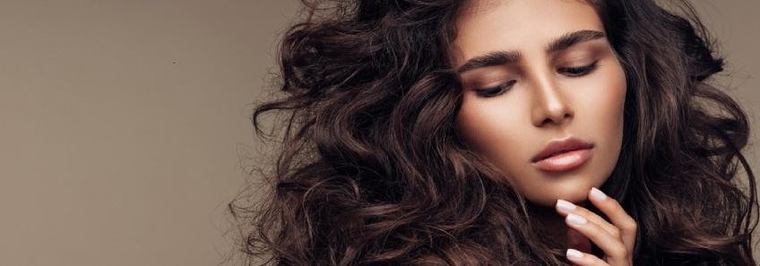 Wavy hair : Les techniques pour des boucles parfaites sans fer à boucler