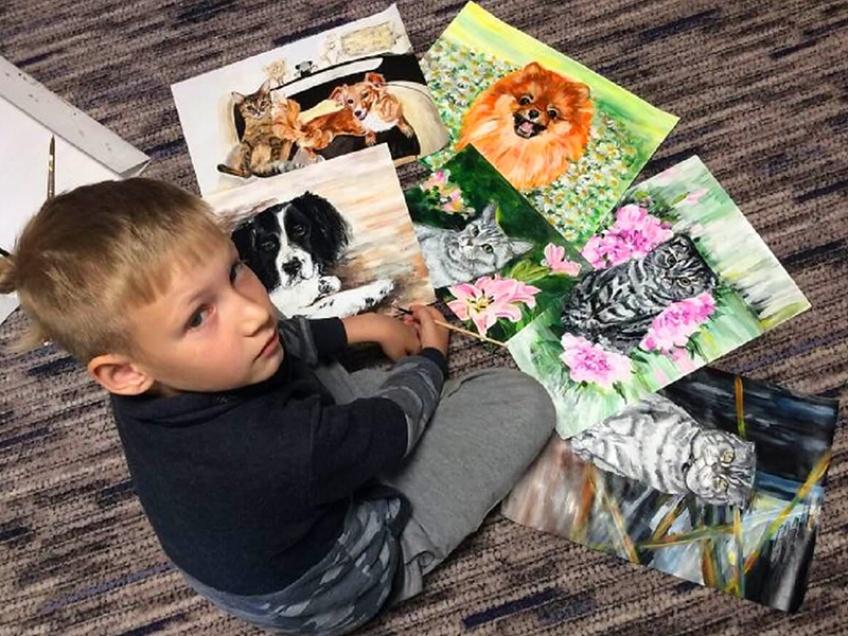 À seulement 9 ans, le jeune russe Pavel Abramov échange ses peintures contre de la nourriture pour venir en aide aux animaux dans les refuges.